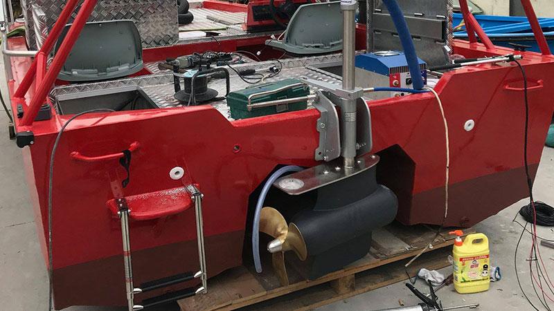 Лодочный электромотор для профессионального использования Aquamot на катамаране