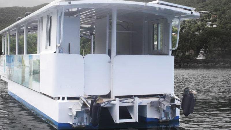 Два электромотора на небольшом пароме для перевозки пассажиров