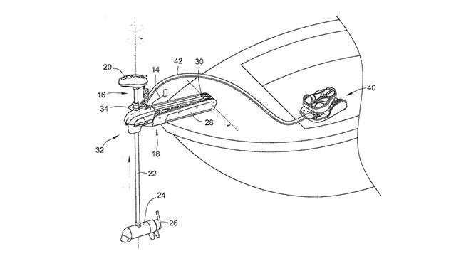 Электромотор установленный на носу катера