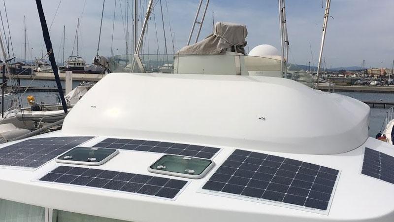 Гибкие солнечные панели на крыше катера