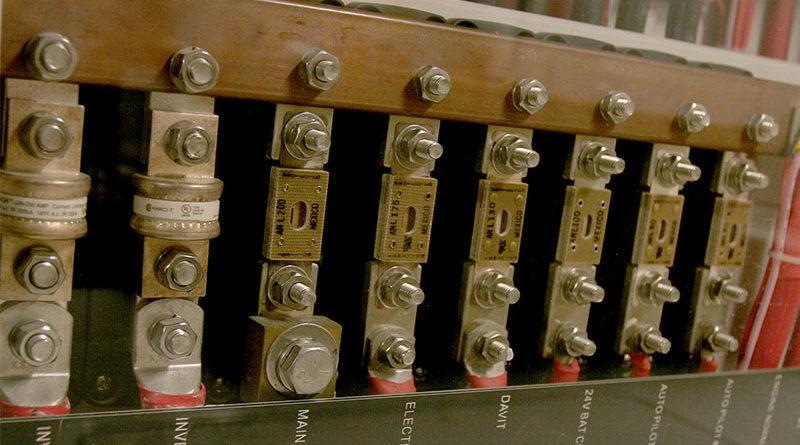 Предохранители на силовых проводах